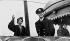 La princesse Elisabeth d'Angleterre (née en 1926) et son époux le prince Philip (né en 1921), à leur arrivée à l'aéroport de Dorval (Québec) pour une tournée du Canada, 12 octobre 1951. © PA Archive / Roger-Viollet