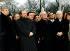 Début de la construction symbolique du monument pour les juifs assassinés d'Europe. De gauche à droite : Joschka Fischer (ministre des Affaires étrangères), Paul Spiegel (président du Conseil central des juifs d'Allemagne), Wolfgang Thierse (président du Bundestag), Gerhard Schroeder (chancelier allemand), Elie Wiesel (écrivain américain, prix Nobel de la paix), Johannes Rau (président de la Fédération allemande), Michel Friedman (vice-président  du Conseil central des juifs d'Allemagne), Rudolf Seiters (vice-président du Bundestag). Berlin (Allemagne), 27 janvier 2000. © Ullstein Bild/Roger-Viollet