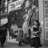 Scène de rue devant une affiche de film. Paris, vers 1935. © Gaston Paris / Roger-Viollet