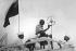 Gandhi et Jawaharlal Nehru, hommes politiques indiens, ensemble, lors d'une réunion publique. Bombay (Inde), 1931. © TopFoto/Roger-Viollet