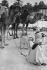 Nomades sur le marché. Photographie de Jean Marquis (né en 1926). Touggourt (Algérie), décembre 1953.  © Jean Marquis/Roger-Viollet
