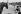 Le cheval du cocher et la marchande de glaces. Paris, place de la Concorde, 1960. © Jean Mounicq/Roger-Viollet