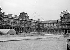 Projection, à l'aide de câbles, de la future pyramide du palais du Louvre (Paris Ier arr.) (Pei Ieoh Ming, architecte américain d'origine chinoise). Mai 1985.      © Roger-Viollet
