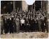 Photographie de groupe avec (au centre) Mélinée Manouchian (1913-1989), immigrée résistante d'origine arménienne, devenue française à la Libération, secrétaire et agent du komintern. © Archives Manouchian / Roger-Viollet