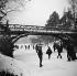 Hiver à Paris. Pont sur le lac gelé du bois de Boulogne. Jeux sur la glace. 1893. Détail d'une vue stéréoscopique. © Léon et Lévy/Roger-Viollet