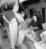 Villoresi, Serafini et Laura Dominica Garello, épouse d'Enzo Ferrari (1898-1988), pilote automobile et industriel italien, lors du Grand Prix d'Italie. © Toscani / Alinari / Roger-Viollet