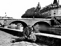 Tramp on a bank of the Seine, near the Pont Neuf, in Paris.  © Roger-Viollet