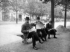 Lecteurs de journaux sur un banc. Paris, 1899. © Jacques Boyer/Roger-Viollet