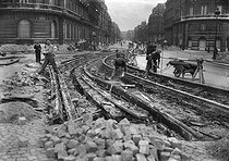 Enlèvement des rails de tramways boulevard Saint-Germain. Paris, mars 1941. © LAPI/Roger-Viollet
