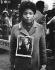 Jeune femme au mémorial de Martin Luther King (1929-1968), pasteur américain. New York (Etats-Unis), 1968. Photo : Charles Gatewood. © Charles Gatewood / The Image Works / Roger-Viollet