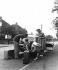 Préparation au départ en vacances. Chargement des valises dans le coffre d'une Mini. © TopFoto/Roger-Viollet