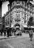 Bancs installés devant l'hôtel Commodore, sur les refuges du boulevard Haussmann. Paris (VIIIème arr.), vers 1925. © Albert Harlingue/Roger-Viollet