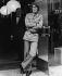 Yves Saint Laurent (1936-2008), couturier français, en tenue de safari. © TopFoto / Roger-Viollet