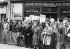 """Voyage à Lille du général de Gaulle. La foule agitant des panneaux anti-communistes, invitant à voter  """"Oui"""" au référendum du 28 septembre 1958 qui donna naissance à la Vème République. © Roger-Viollet"""