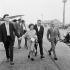 Edith Piaf, son ami le jeune peintre américain Doug Davies et Bruno Coquatrix à Orly en 1959. © Claude Poirier/Roger-Viollet
