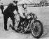Femme participant au championnat motocycliste de Brooklands, Angleterre, vers 1930. © Photo Rap / Roger-Viollet