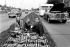 Famille pique-niquant sur le bas-côté d'une route suite à une panne de voiture. Kingston (Angleterre), 3 avril 1972. © PA Archive/Roger-Viollet