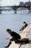 Deux femmes lisant au bord de la Seine. Paris, années 1950. © Ullstein Bild/Roger-Viollet