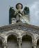 Statue de l'archange saint Michel sur la façade de l'église San Michele in Foro, XII-XIIIème siècle. Lucques (Italie), place San Michele. © Alinari/Roger-Viollet