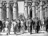 Visite officielle en Egypte. De gauche à droite : Ahmed Ben Bella (1916-2012), homme d'Etat algérien, Nikita Khrouchtchev (1894-1971), homme d'Etat soviétique, Alexeï Adjoubei (1924-1993), homme politique soviétique, et Gamal Abdel Nasser (1918-1970), homme d'Etat égyptien. Temple de Louxor (Egypte), 1964. © Ullstein Bild / Roger-Viollet