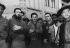 Raúl Castro (né en 1931), homme politique cubain, en visite, devant le cinéma Manzanares.  Cuba, 1959.     GLA-BFC-P66 © Gilberto Ante/BFC/Gilberto Ante/Roger-Viollet