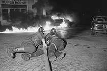 """May-June 1968 events. Violent confrontations during the first student demonstrations in the Latin Quarter. Corner of the rue Saint-Jacques and the rue Sommerard. Paris (Vth arrondissement), on May 6, 1968. Photograph by Jacques Boissay and Bernard Charlet, from the collections of the French newspaper """"France-Soir"""". Bibliothèque historique de la Ville de Paris. © Charlet, Poensin-Burat / Fonds France-Soir / BHVP / Roger-Viollet"""
