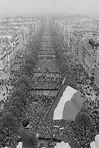 """Events of May-June 1968. Rally supporting President Charles de Gaulle, on the Champs-Elysées. Paris (VIIIth arrondissement), on May 30, 1968. Photograph by Jacques Boissay, from the collections of the newspaper """"France-Soir"""". Bibliothèque historique de la Ville de Paris. © Jacques Boissay / Fonds France-Soir / BHVP / Roger-Viollet"""