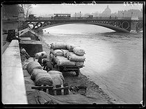 """Seine floods in Paris and surroundings. The port du Louvre. Paris (Ist arrondissement), on December 30, 1919. Photograph from the collections of the French newspaper """"Excelsior"""". © Excelsior – L'Equipe / Roger-Viollet"""