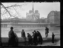 """Seine floods in Paris and surroundings. View of the Notre-Dame de Paris cathedral from the quai de la Tournelle. Paris, on December 31, 1919. Photograph from the collections of the French newspaper """"Excelsior"""". © Excelsior – L'Equipe / Roger-Viollet"""