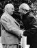 Wilhelm Pieck (1876-1960), président de la République démocratique allemande, saluant Ho Chi Minh (1890-1969), homme d'Etat vietnamien, lors d'une visite officielle en RDA, 1957. © Ullstein Bild / Roger-Viollet