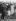 Inauguration d'un mémorial pour John F. Kennedy (1917-1963), homme d'Etat américain. La reine Elisabeth II (née en 1926), serrant la main de John Kennedy Jr (1960-1999), aux côtés de sa mère Jackie Kennedy (1929-1994). Environs de Windsor (Angleterre), 1965. © TopFoto / Roger-Viollet
