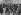 """La tentative d'assassinat de Georges Clemenceau : l'assaillant Emile Cottin entre deux gendarmes est malmené par des hommes dans la rue. Illustration extraite du journal """"Illustrated London"""", 1er mars 1919. © TopFoto / Roger-Viollet"""